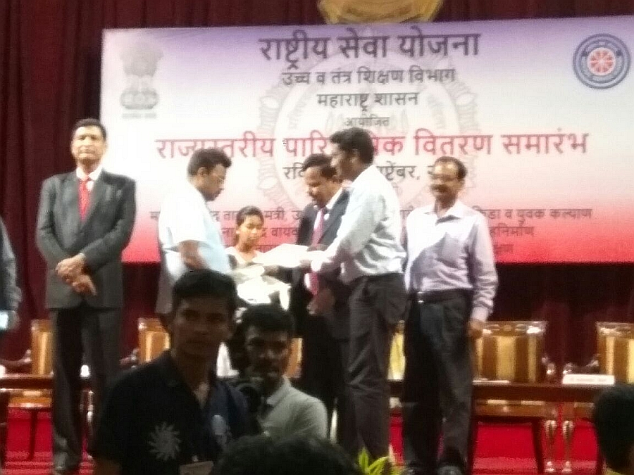 SNDT WU NSS Cell Program Officers & Volunteers Received State Level Awards on NSS Day September 24, 2017 by the Hands of Hon'ble Minister of State H&TE, Mr.Vinodji Tawade